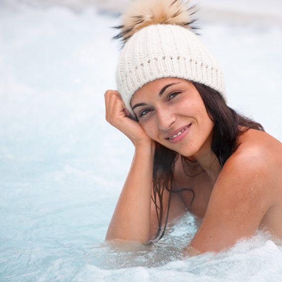 Im Winter mit Pudelmuetze im warmem Wasser